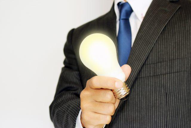 電球を持っているビジネスマン