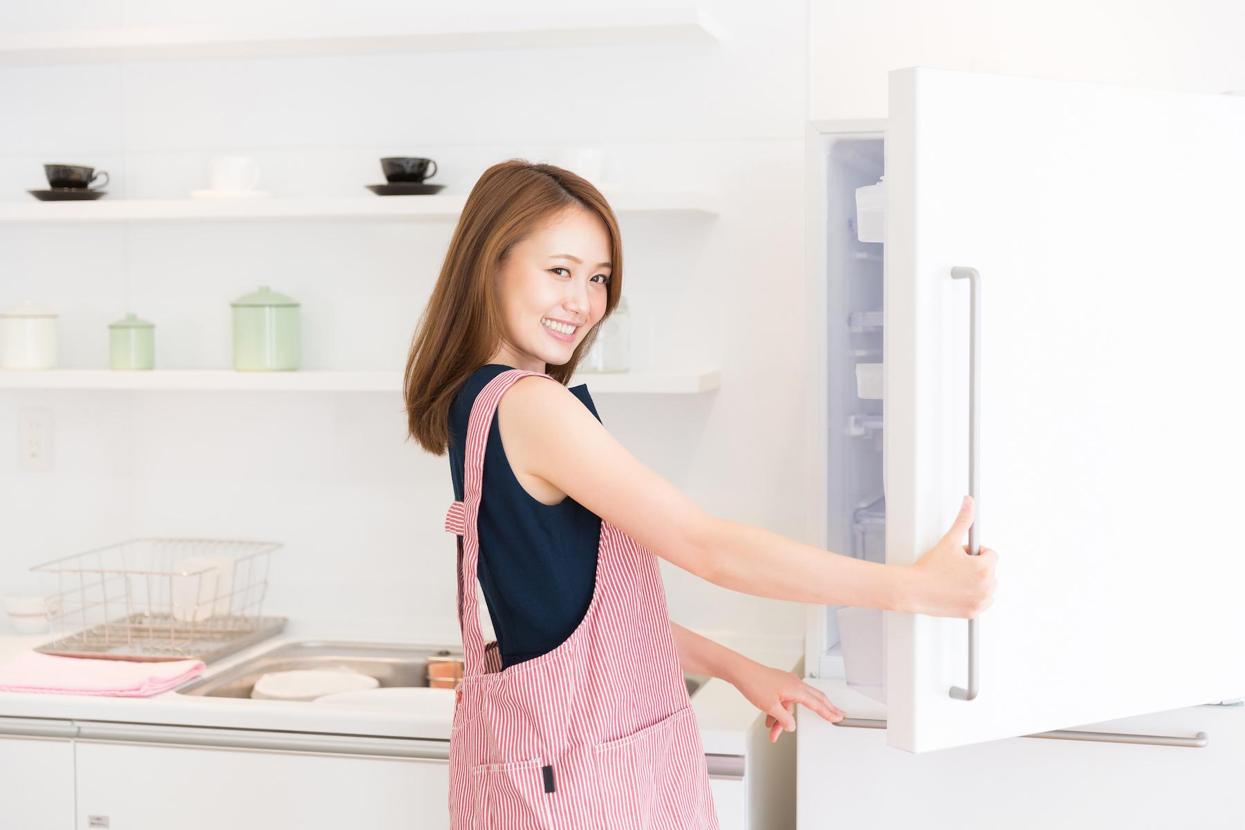 冷凍庫を開ける女性