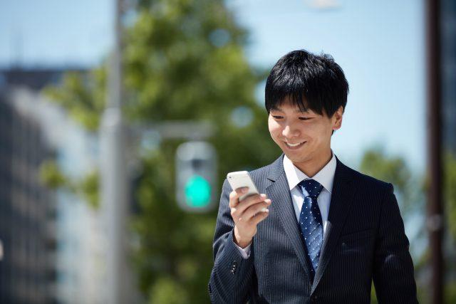 携帯電話を使うビジネスマン