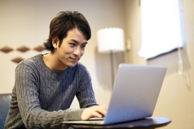 パソコンを使う男性