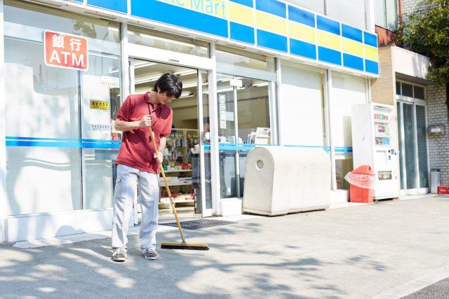 店で働く男性