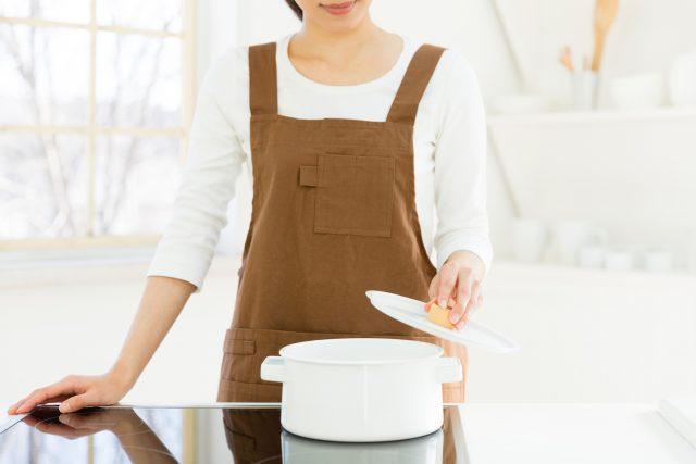 IHで鍋を使う女性