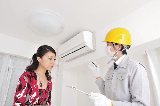 エアコンの説明を受ける女性