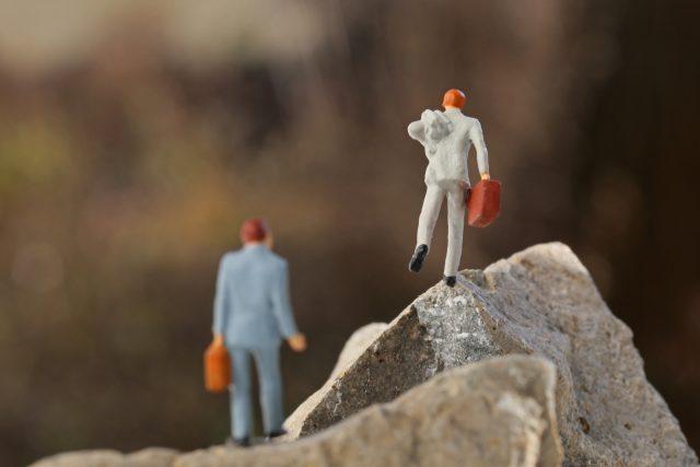 障害を乗り越えるビジネスマン