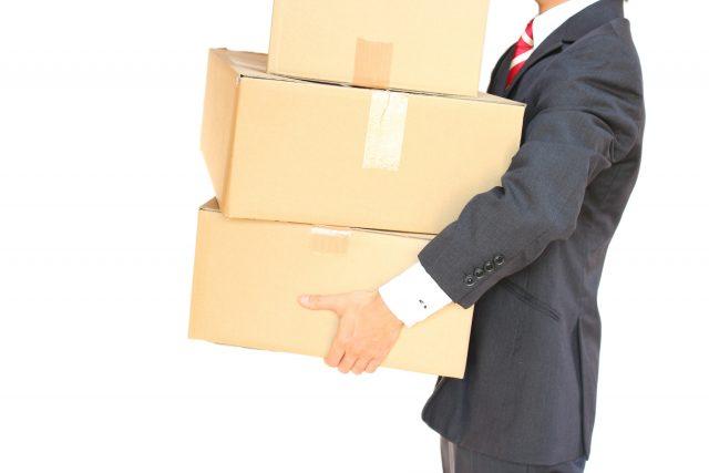 段ボール箱を運ぶ男性