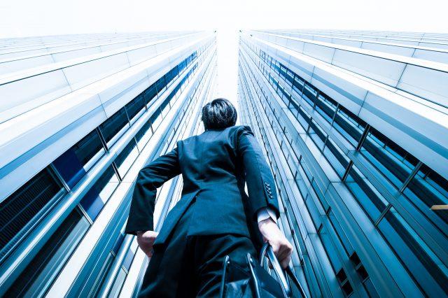 高層ビルとビジネスマン