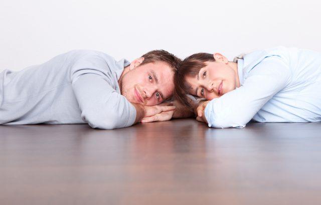 床でくつろぐカップル