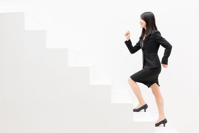 階段を登るビジネスウーマン