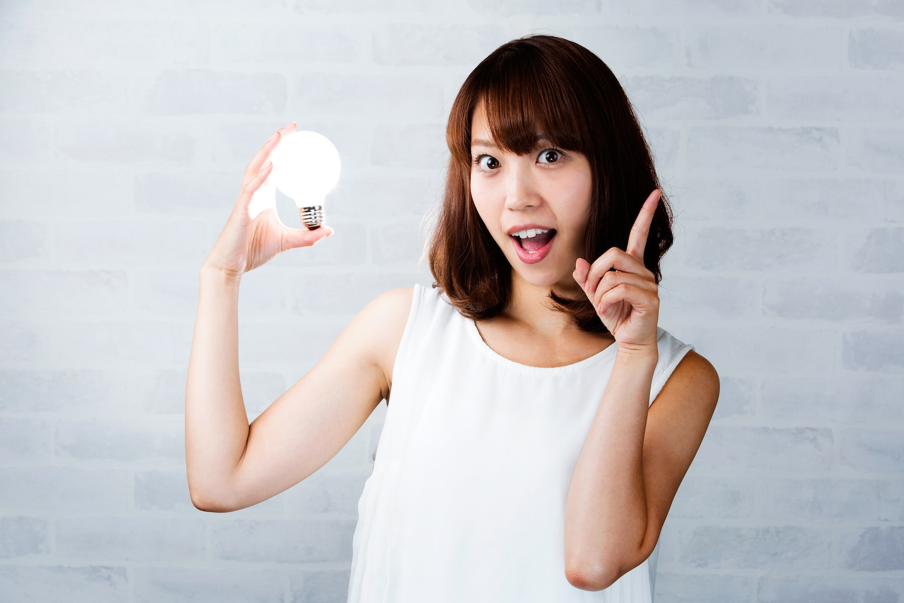電球を持つ女性