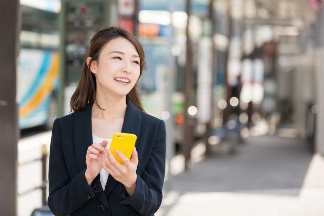 スマートフォンを使うビジネスウーマン