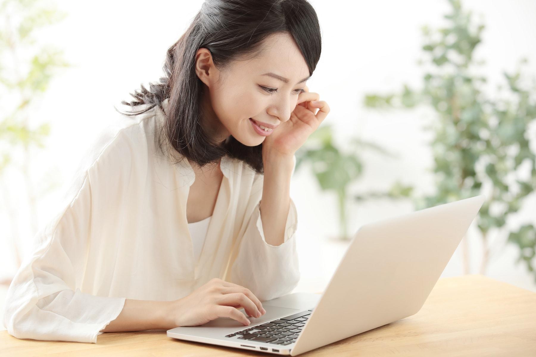 パソコンでインターネットをする女性