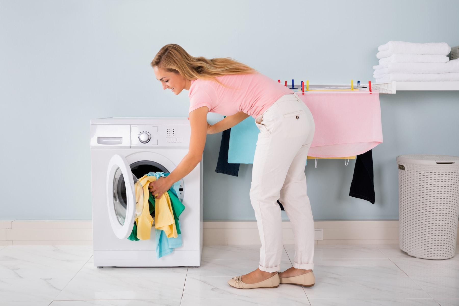 洗濯乾燥機を使う女性