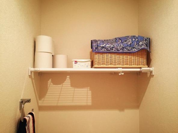 トイレのデッドスペースを突っ張り棒で収納として有効活用