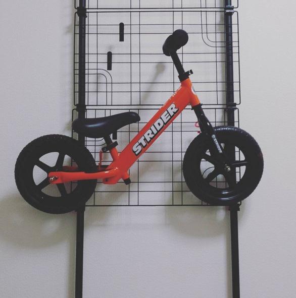 子どもの自転車の壁面収納を突っ張り棒でDIY