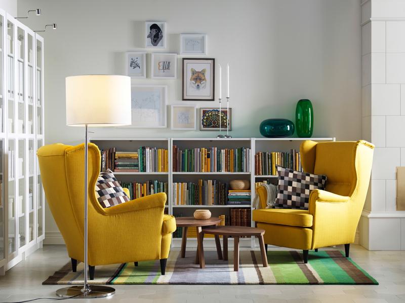 黄色のソファと壁面インテリアが特徴の北欧風