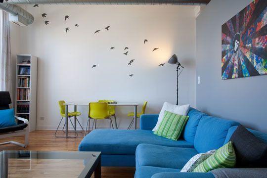 白い壁とブルーのソファを組み合わせた王道の歩行インテリアスタイル