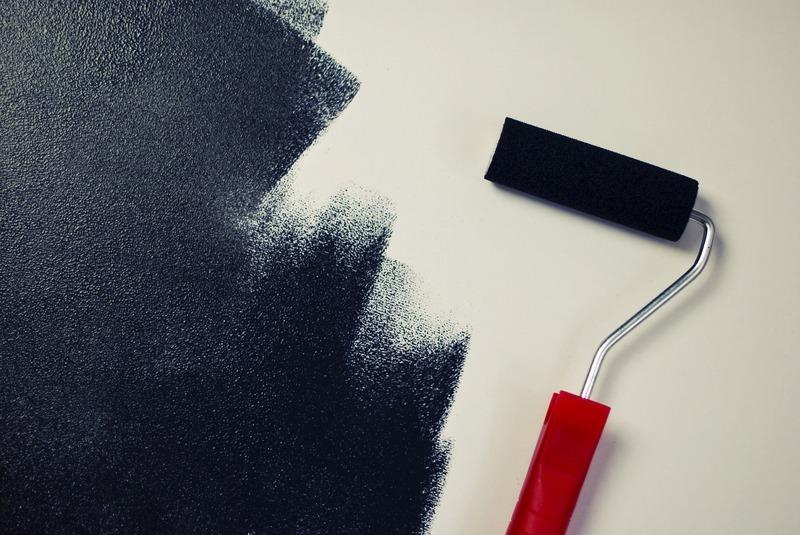 ローラーで壁にペンキを塗っている様子