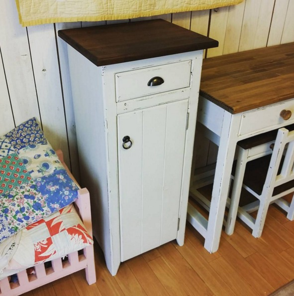 ミルクペイントで塗装した白色のアンティーク調家具