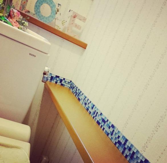 トイレの壁の一角をガラスタイルでアクセント