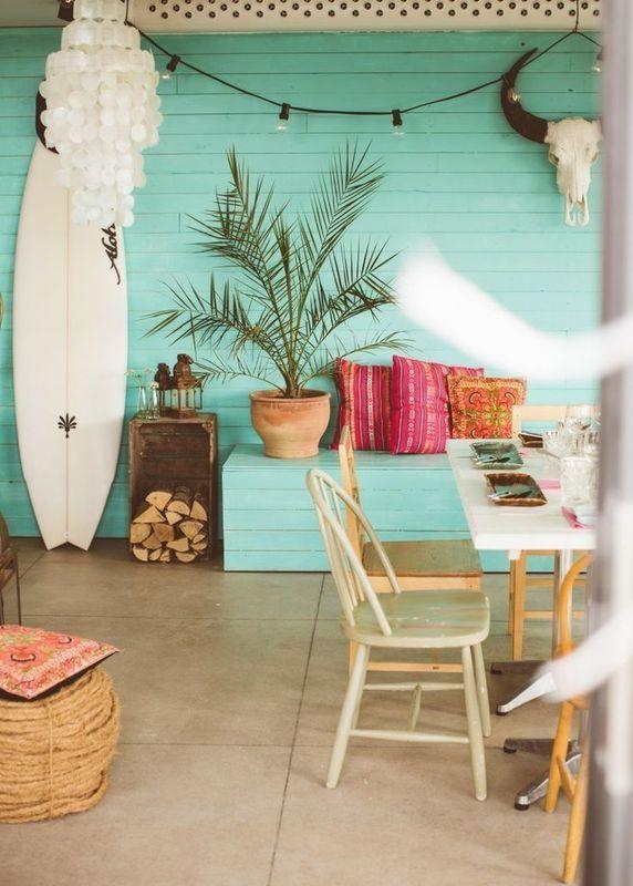 サーフボードやナチュラルな緑色の壁が特徴の部屋
