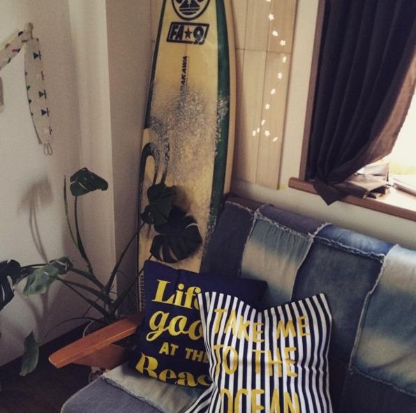 サーフボードやデニム生地のソファーが特徴のお部屋