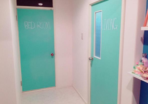 緑色の黒板塗料で塗装したドア