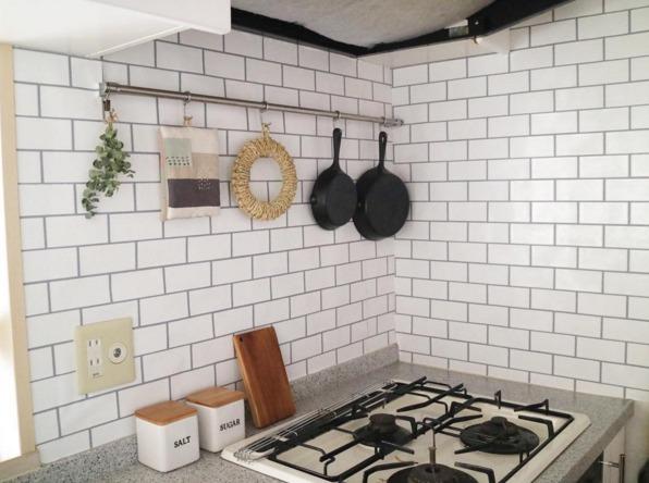 キッチンをタイル柄の壁紙でリメイク