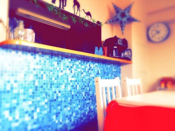 カウンターキッチンの壁をタイルシートでデコレーション