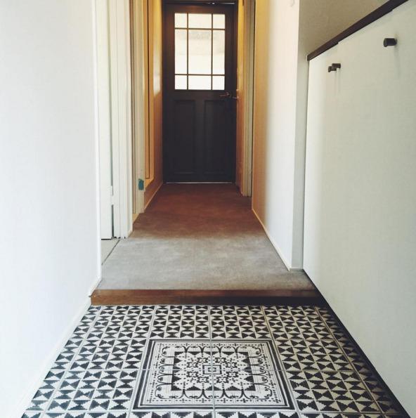 タイルシートを敷いた玄関の床