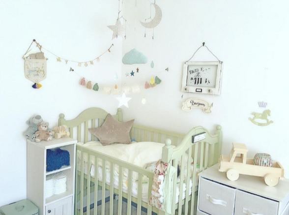 赤ちゃんのベッドの上に飾るモビール