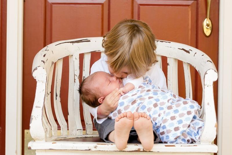 赤ちゃんをあやす女の子
