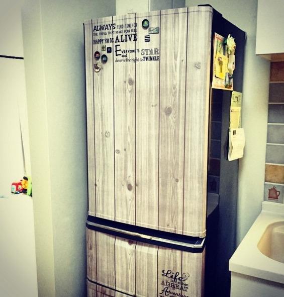 板壁風の壁紙にステンシルシールを貼って男前風にした冷蔵庫