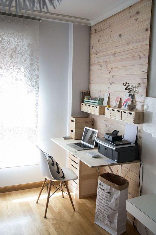 部屋の片隅にスペースをとった書斎