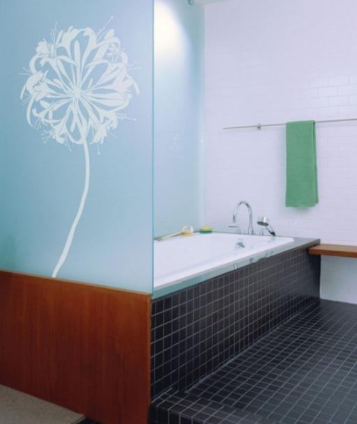 ウォールステッカーでデコレーションした浴室