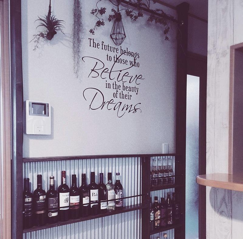 リビングの壁にお酒のボトルを並べる棚が完成