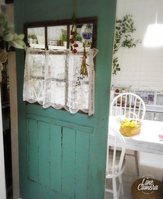 スモーキーグリーンでペイントされた美しいドア