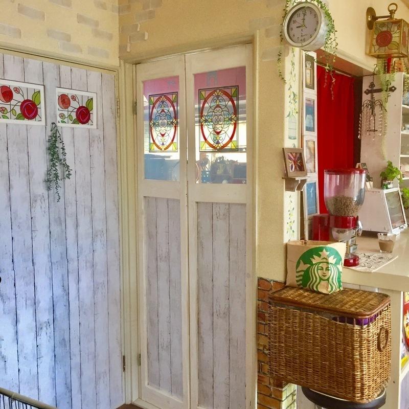 カフェ風に演出されたキッチンのドア