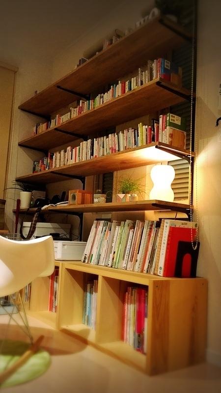 壁に備え付けた本棚は収納にも便利
