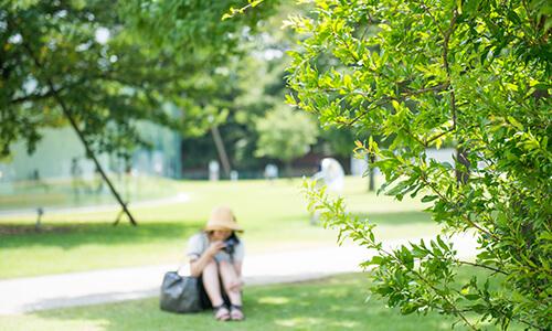 日陰に座る女性