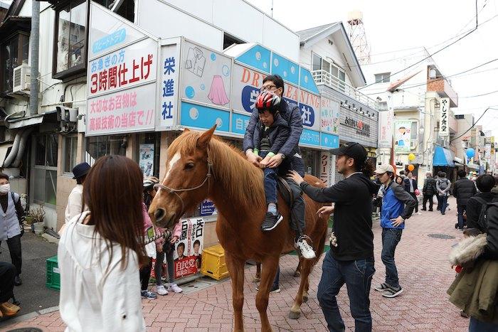 乗馬ができる商店街