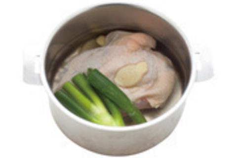 ゆで鶏の金柑入りサラダ仕立て VS牛赤身肉のステーキ トマトのハーブオイルがけ