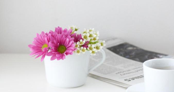 忙しくて花屋に行けないあなたに。スーパーの花はダイニングテーブルに小さく飾る。