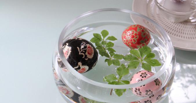 ムダや余白が涼を生む。浮き球と葉を浮かべるだけの夏インテリア