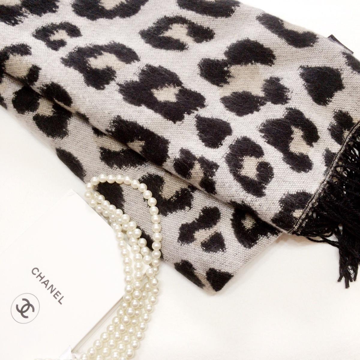 H&Mのレオパード柄ストールでやわらか雰囲気に。ワンポイントで品良く取り入れよう