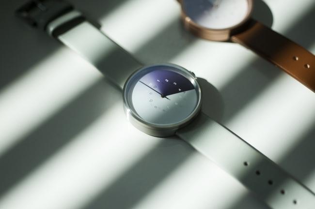 カメレオンから着想を得た「時刻が隠れる」腕時計