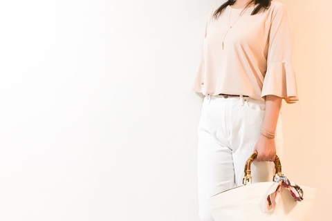 UNIQLOの白デニムが上品見え。大人のきれいめカジュアルが叶います
