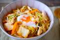 包丁もまな板も封印! コンビニ食材を使ってレンジで5分の限界レシピ「鳥キムチ丼」