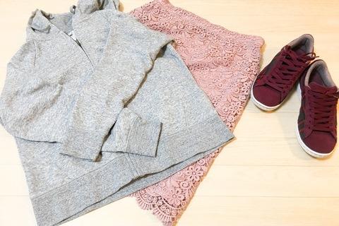 UNIQLOパーカ+レーススカートが上品見え。きれいめカジュアルが叶います