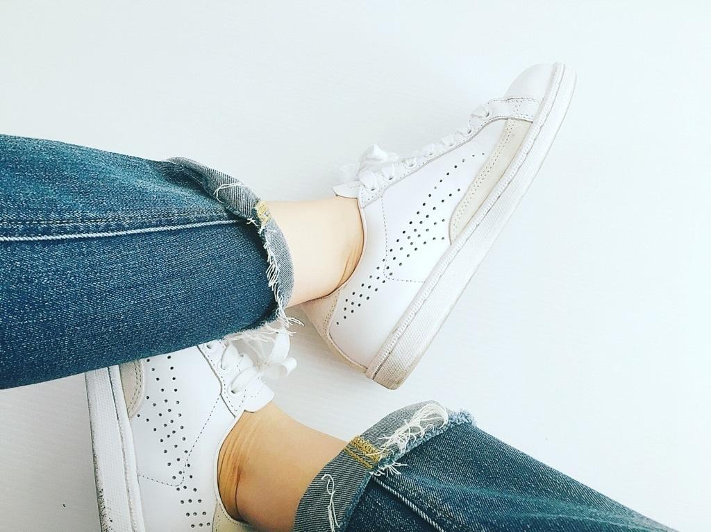 足元はNOTヒール靴