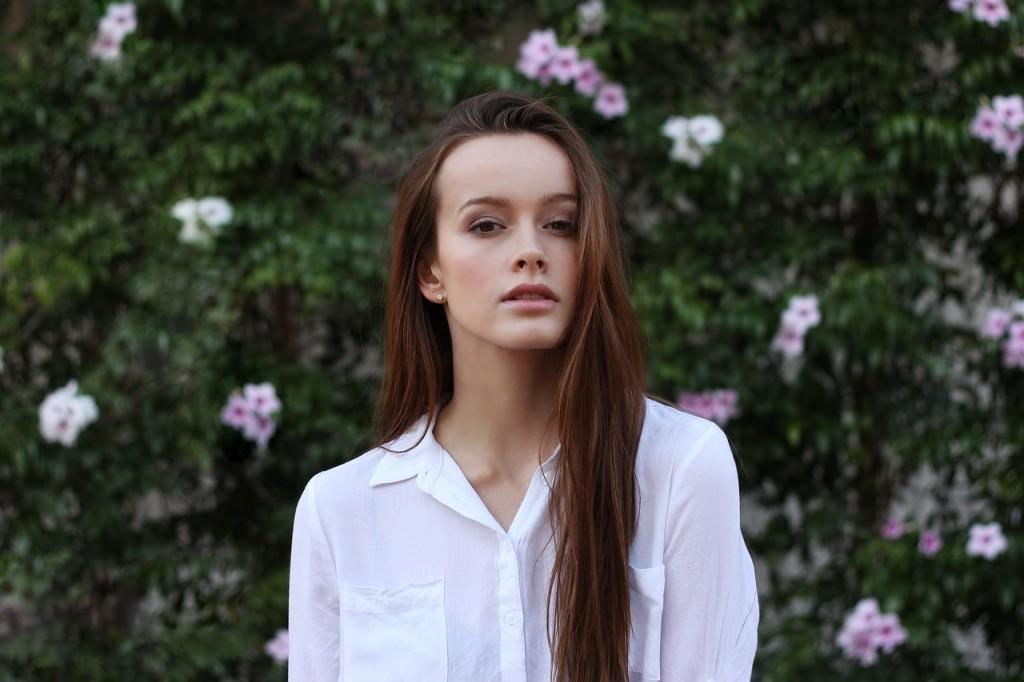 ■メンズライクな白シャツを無造作に